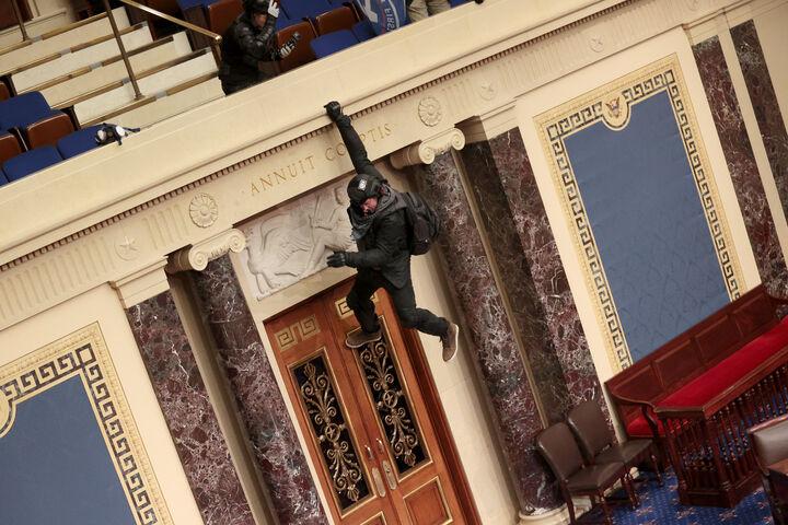 एक ट्रम्प समर्थक सीनेट की गैलरी से लटक गया।