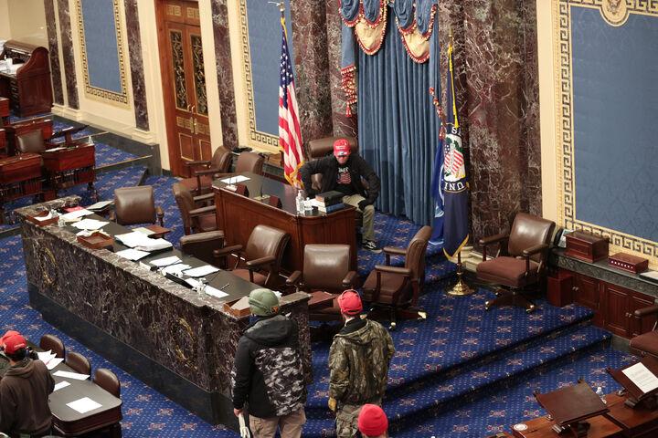 हाउस चैंबर में भी प्रदर्शनकारियों ने तोड़फोड़ कर दी।