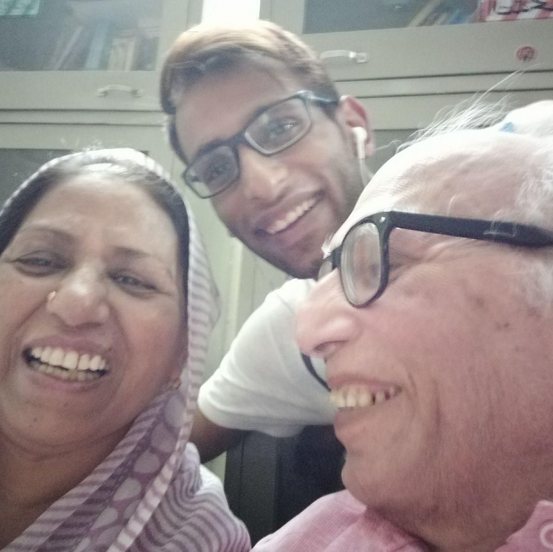 अपना ही शेर सुनकर मुस्कुरा दिए डॉ. बशीर बद्र।