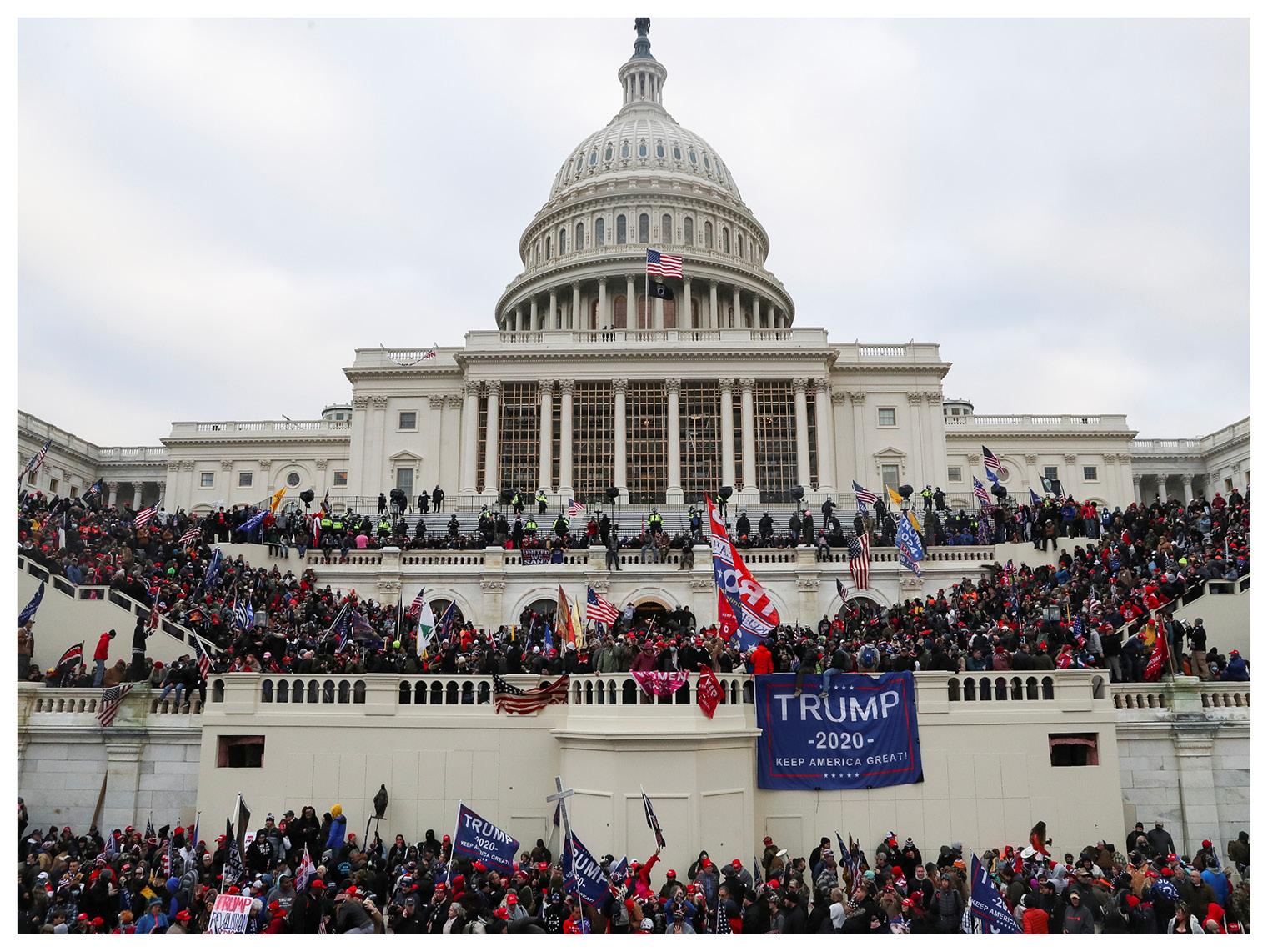 वॉशिंगटन में कैपिटल बिल्डिंग के सामने हजारों की संख्या में जमा डोनाल्ड ट्रंप समर्थक।