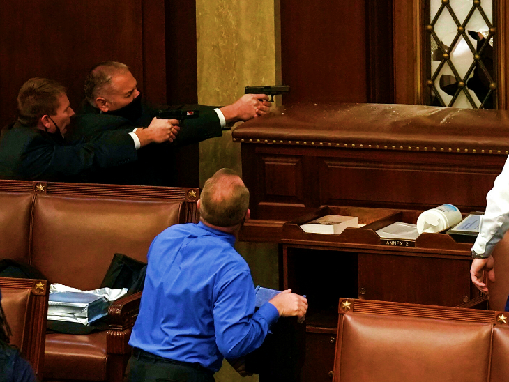 बुधवार को अमेरिकी संसद में जब ट्रम्प समर्थकों ने हंगामा और तोड़फोड़ शुरू की तो पुलिस ने मोर्चा संभाला। हंगामा करने वालों को हटाने के लिए संसद में पुलिसकर्मी रिवॉल्वर ताने नजर आए। इस दौरान सांसद सहमे रहे। उन्हें गैलरी के जरिए सुरक्षित स्थान पर पहुंचाया गया।