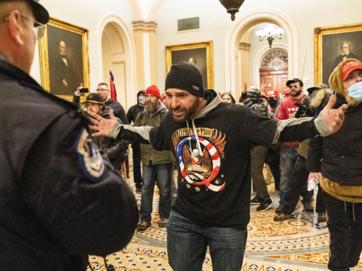 उपद्रवियों ने सीनेट चैम्बर में घुसने की भी कोशिश की। चैम्बर के बाहर पुलिस ने उन्हें रोक लिया।