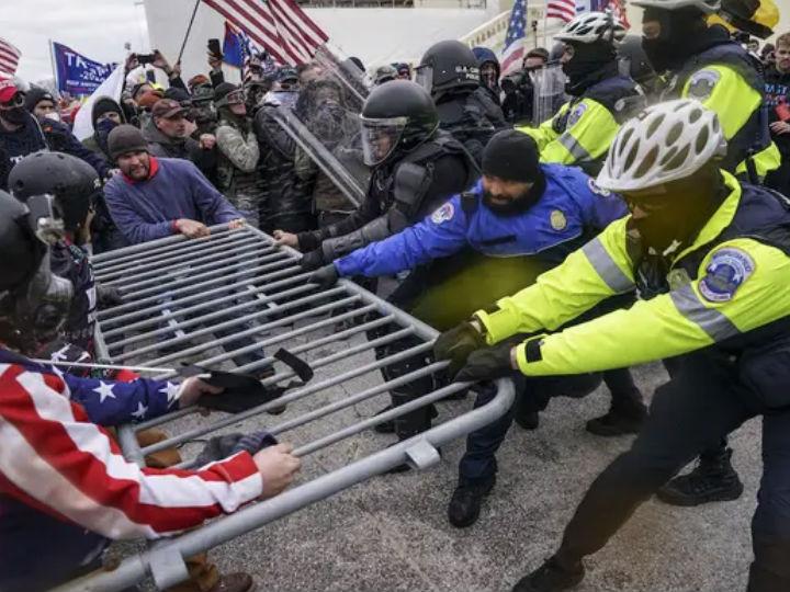 प्रदर्शनकारियों और पुलिस के बीच झड़प भी हुई। प्रदर्शनकारियों ने बैरिकेड्स भी तोड़ दिए। पुलिस को हालात पर काबू पाने के लिए काफी मशक्कत करनी पड़ी।