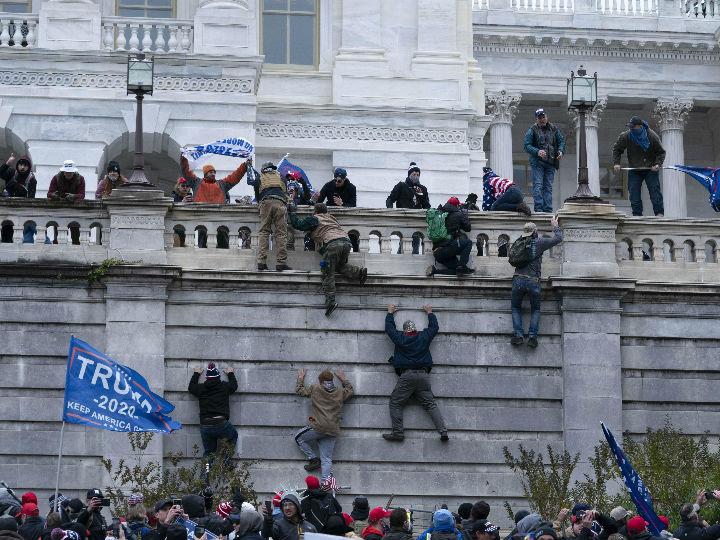 प्रदर्शनकारी अमेरिकी संसद की बिल्डिंग पर चढ़ गए। वहां से वे बैनर-पोस्टर लहरा रहे थे और नारेबाजी भी कर रहे थे।