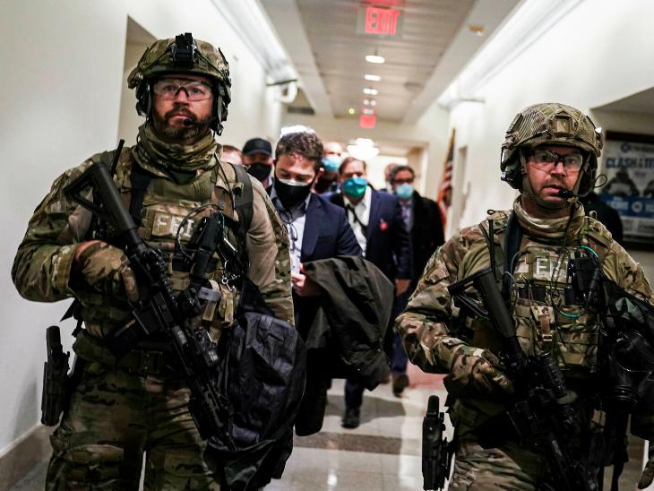 अमेरिकी संसद की एक गैलरी में तैनात नेशनल गार्ड्स ने सांसदों को सुरक्षित स्थान पर पहुंचाया। इसके कुछ घंटे बाद संसद की कार्यवाही फिर शुरू हुई।