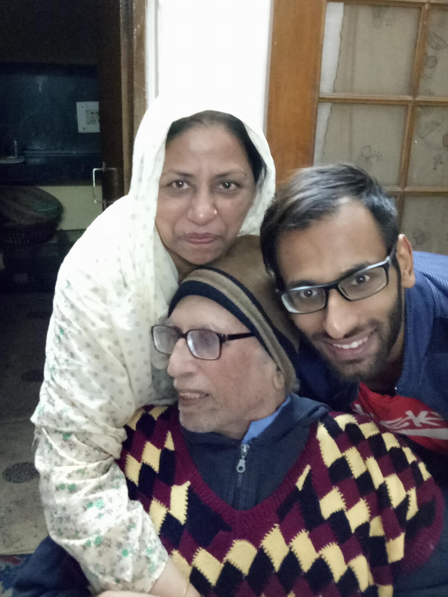 बेटे तैयब और पत्नी डॉ. राहत बद्र के साथ डॉ. बशीर बद्र।