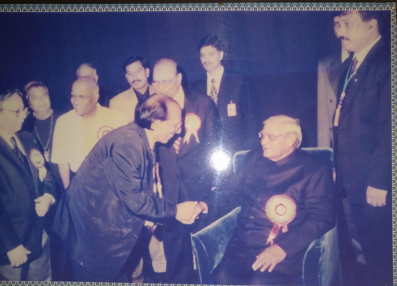 डॉ. बशीर बद्र साहब पूर्व प्रधानमंत्री अटल बिहारी वाजपेयी के साथ। फाइल फोटो