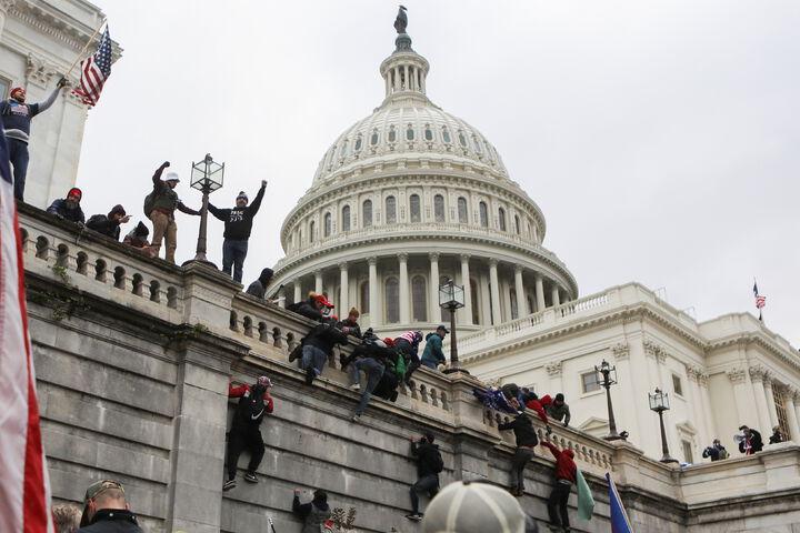ट्रम्प के समर्थकों ने कैपिटल बिल्डिंग के बाहर पश्चिमी और पूर्वी हिस्से पर कब्जा कर लिया। वे दीवारों पर चढ़ते और ट्रम्प के समर्थन वाले झंडे लहराते देखे गए।