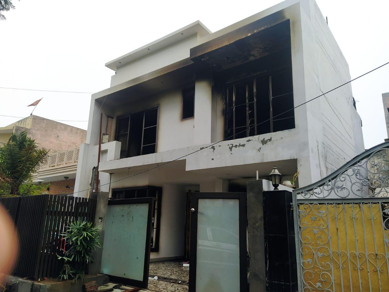 बिजली सप्लाई बंद न होने से आग बुझाने में देरी हुई, जिससे पूरा घर अंदर से काला हो गया