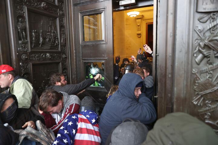 कई उपद्रवी बिल्डिंग के मेन गेट से भी अंदर घुसे। वे हाउस चैंबर तक पहुंच गए।