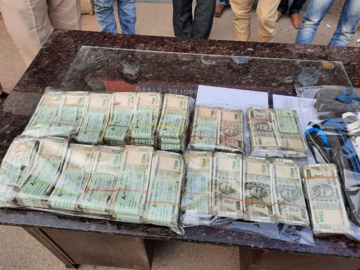 पुलिस ने 18.5 लाख रुपए बरामद किए।