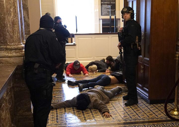 हाउस चैंबर के बाहर पुलिस ने भीड़ में शामिल कुछ लोगों को हिरासत में ले लिया। पुलिस ने पांच गन भी जब्त कीं। कम से कम 13 लोगों को गिरफ्तार कर लिया। हालांकि, ज्यादातर लोग मौके से भाग निकले। बाद में पुलिस ने बताया कि शहर में कर्फ्यू लगाने के बाद 52 लोगों को गिरफ्तार किया गया है।