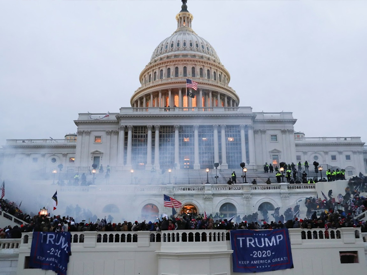 प्रदर्शनकारी नहीं माने तो सुरक्षाकर्मियों को आंसू गैस के गोले छोड़ने पड़े।