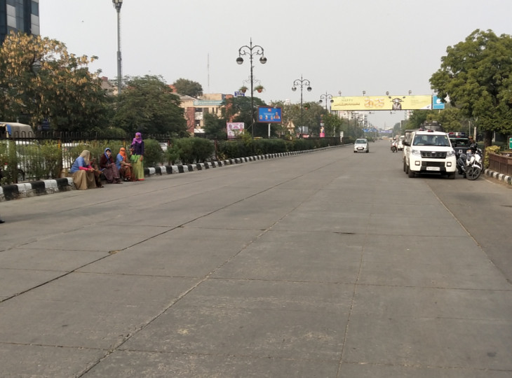 5 दिसंबर को आशा सहयोगियों के धरने की वजह से ढाई घंटे जाम रहा था टोंक रोड। यह उसी दिन की फोटो है।