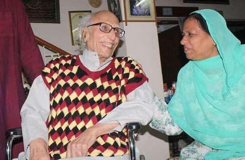 डॉ. राहत बद्र से बातचीत करते डॉ. बशीर बद्र।