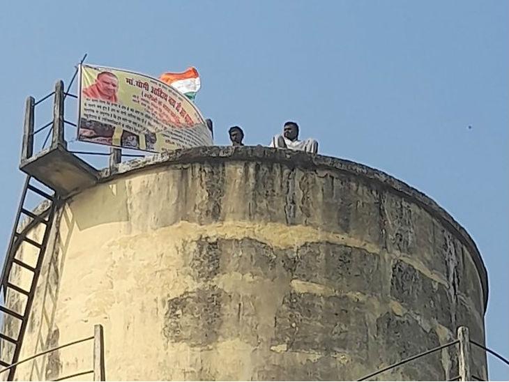 कुशीनगर में 30 घंटे से पानी की टंकी पर चढ़े दो भाई, CM योगी को बुलाने की मांग पर अड़े गोरखपुर,Gorakhpur - Dainik Bhaskar