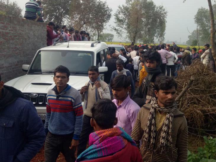घटना के बाद पीड़ित के घर के बाहर इस तरह नेताओं और गांव वालों की भीड़ उमड़ रही है।