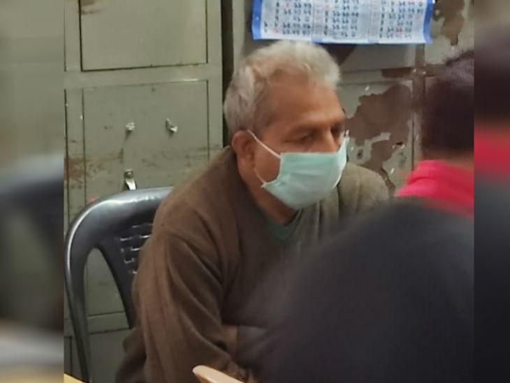 कार्रवाई के दौरान यांत्रिकी सहायक राजसिंह मास्क लगाकर बैठा रहा।