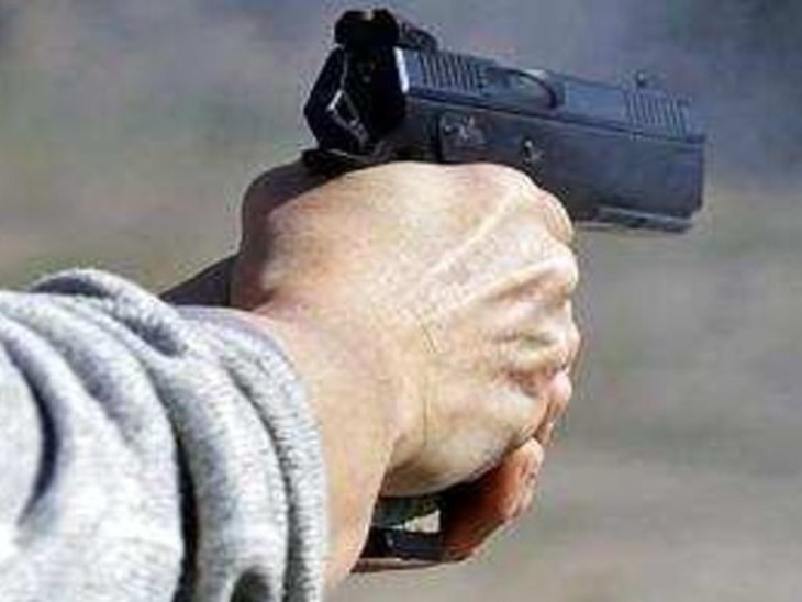 Mobile phone dealer Abhishek Agrawal shot in muzaffarpur, Dropped from  bike, put chili powder in brother's eye, then snatches bag escaped, crime  in bihar cities | बाइक से गिराया, साथ बैठे भाई