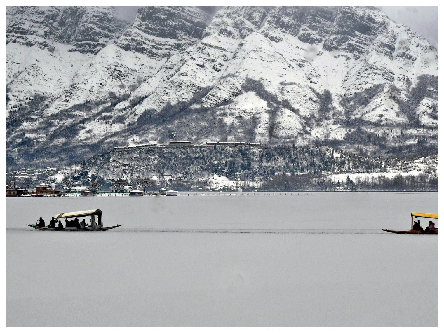 श्रीनगर में झील जम गई।