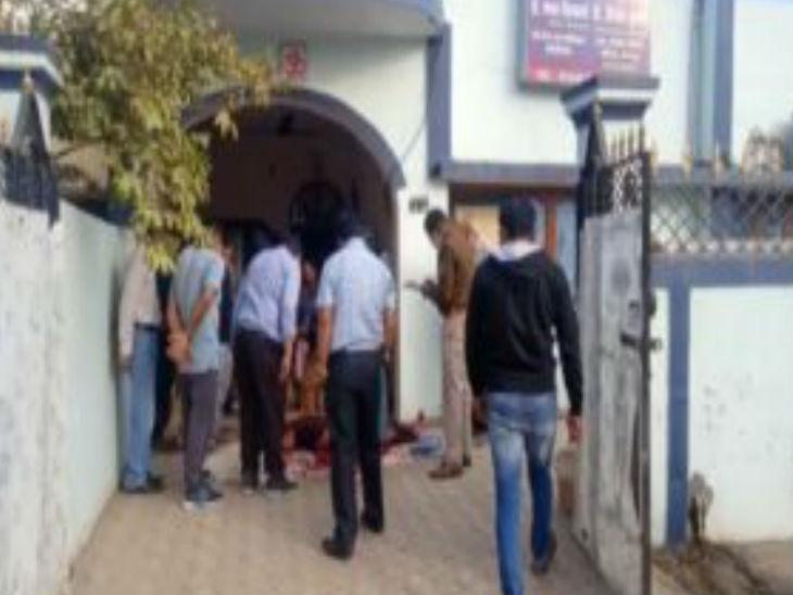 वारदात की खबर पाकर पहुंचे सहकर्मी डॉक्टर व पुलिस