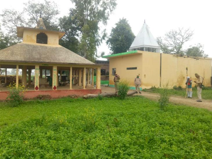 गांव में मौजूद मंदिर की जिम्मेदारी जिले के DM की है। उनकी तरफ से ही यहां केयरटेकर तैनात किया जाता है।