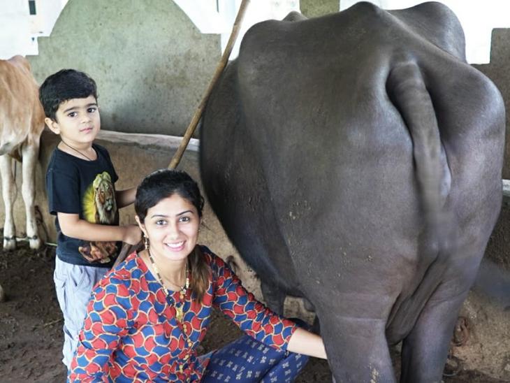 ये हैं रामदे की पत्नी भारती। इन्होंने यूके से पढ़ाई की है, लेकिन अब गांव में ही खेती और पशुपालन करती हैं।