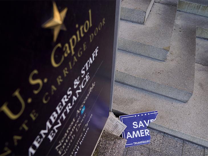 ट्रम्प समर्थक प्रदर्शनकारी अपने हाथों में SAVE AMERICA लिखी तख्तियां लेकर आए थे।