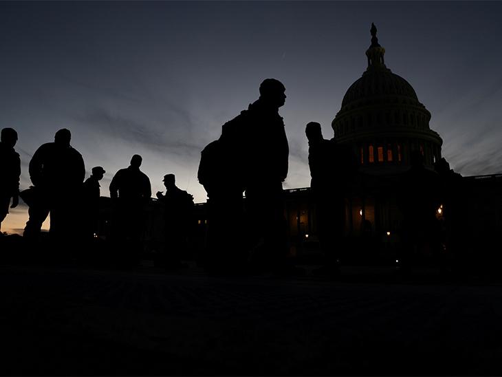 US Capitol की सुरक्षा चाक चौबंद कर दी गई है। यहां अगले दिन सुबह भी भारी पुलिसबल नजर आया।