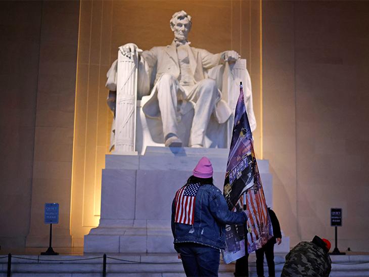 ट्रम्प समर्थक लिंकन मेमोरियल तक पहुंच गए थे। उन्होंने अमेरिकी संसद की बिल्डिंग US Capitol के बीच बने गुंबद वाले कमरे में लगी मूर्तियों को नुकसान भी पहुंचाया था।