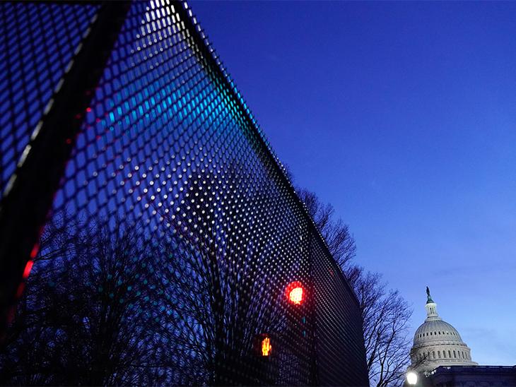 US Capitol के चारों तरफ मेटल की जालियां लगा दी गई हैं।