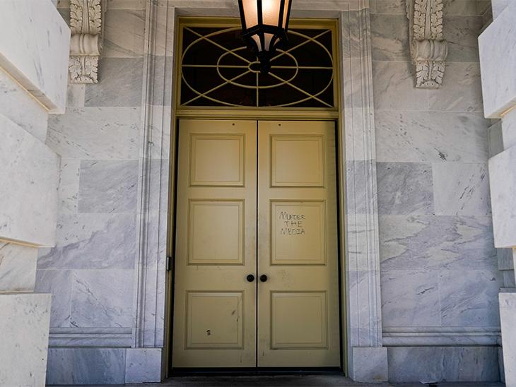 प्रदर्शन करने पहुंचे किसी ट्रम्प समर्थक ने अमेरिकी संसद US Capitol के दरवाजे पर 'मर्डर द मीडिया' (मीडिया की हत्या) लिख दिया गया।