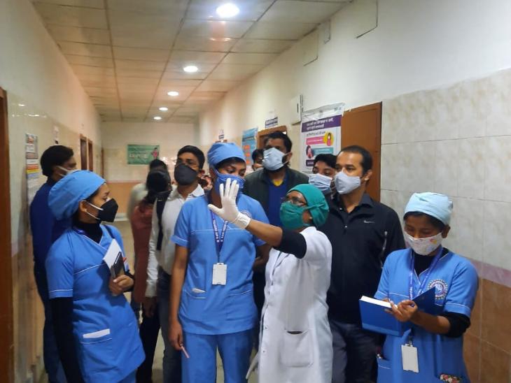 निजी अस्पताल की स्वास्थ्यकर्मियों को वैक्सीनेशन से जुड़ी जानकारी दी गई।