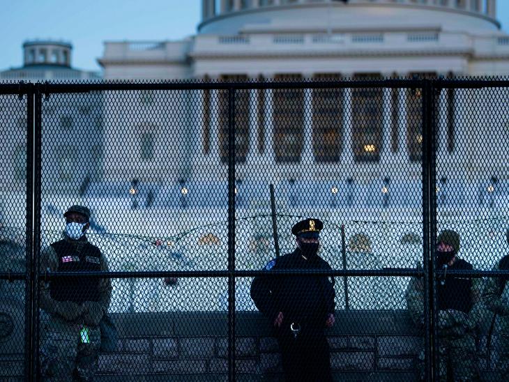 गुरुवार को हुई हिंसा के बाद अमेरिकी संसद भवन यानी कैपिटल हिल के बाहर बेहद सख्त सुरक्षा व्यवस्था है। कुछ अमेरिकी एक्सपर्ट्स ने कहा है कि यही व्यवस्था अगर पहले की गई होती तो गुरुवार की घटना टाली जा सकती थी।