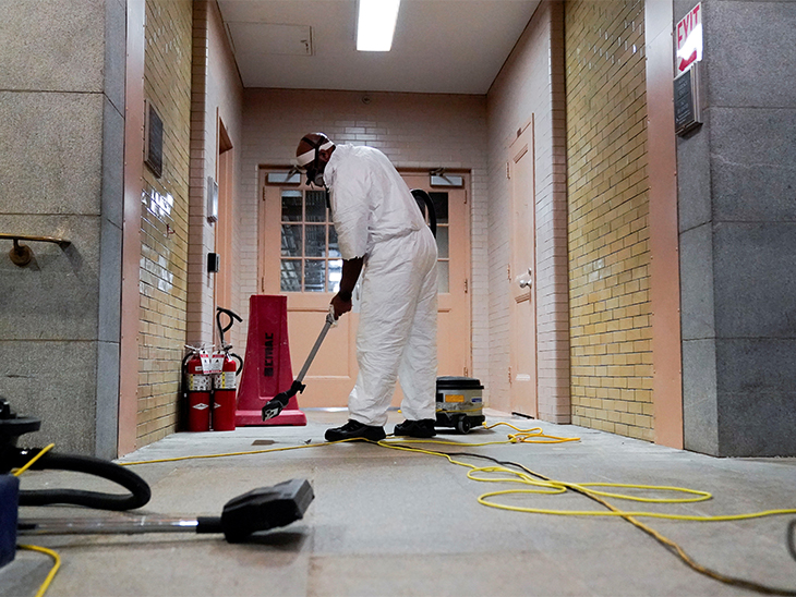 US Capitol में हिंसा के बाद साफ-सफाई का काम चल रहा है।