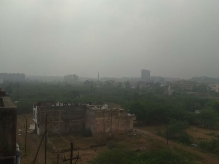 शहर में सुबह-सुबह कोहरा भी रहा है, बादल के चलते धूप नहीं निकली है।
