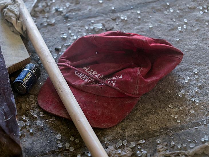 उपद्रवी मेक अमेरिका ग्रेट अगेन (अमेरिका को फिर से महान बनाओ) कैंपेन वाली कैप पहनकर पहुंचे थे।