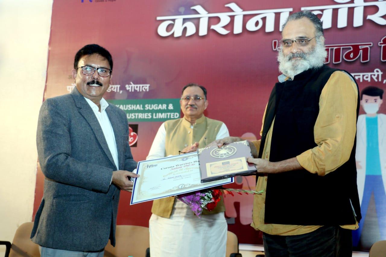 एसडीएम गोविंदपुरा मनोज वर्मा को सम्मानित करते हुए।