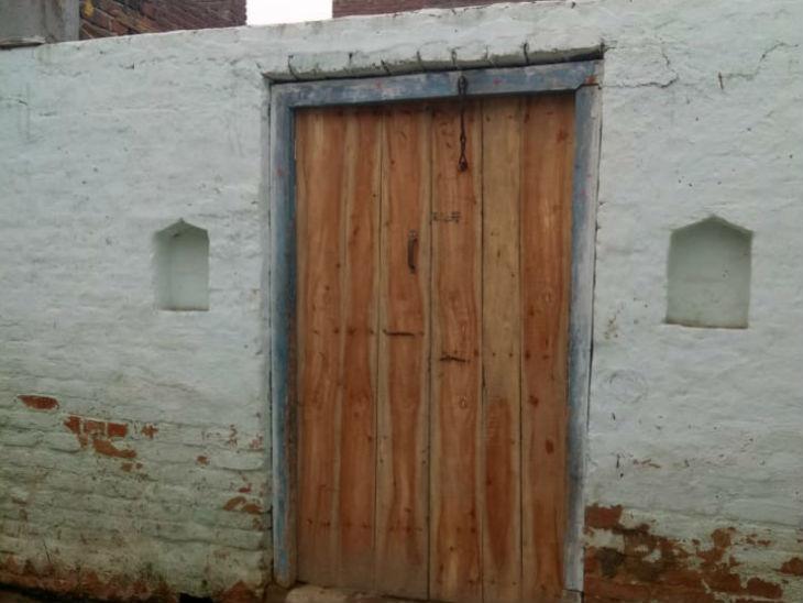आरोपी वेदराम का घर, जहां अब कुंडी लगी है। उसके दोनों बच्चे अपनी बहनों के घर चले गए हैं।