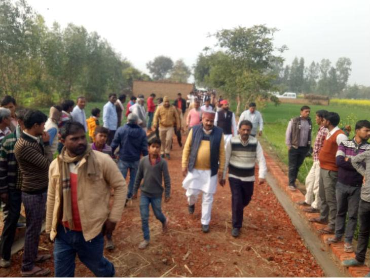 बदायूं कांड की पीड़ित के गांव में लगी भीड़।