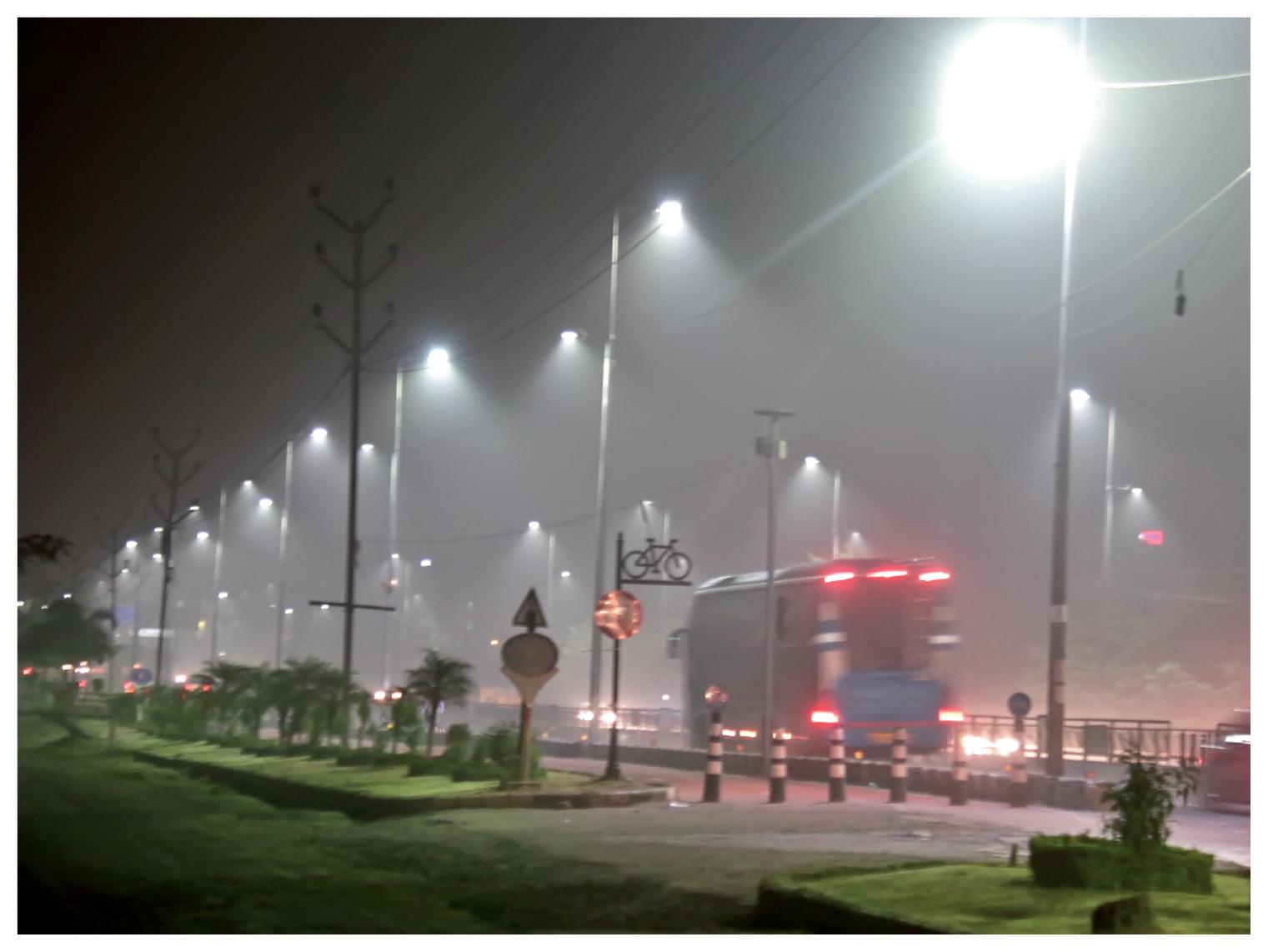 गुरुवार रात 10.45 बजे की फोटो भोपाल के होशंगाबाद रोड की है।
