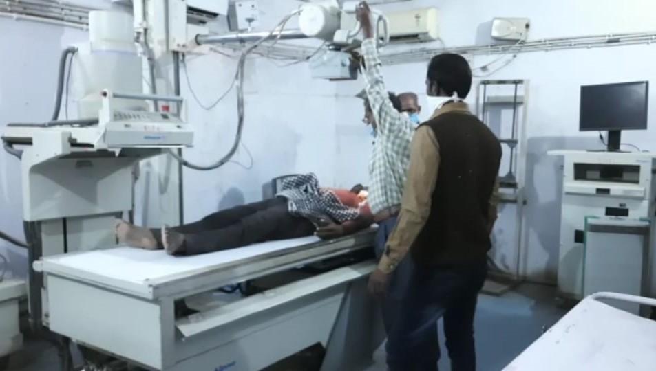 अस्पताल में इलाजरत घायल युवक।