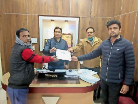 स्वच्छता के क्षेत्र में काम करने वाले कर्मियों को प्रमाण पत्र देकर किया सम्मानित। - Dainik Bhaskar