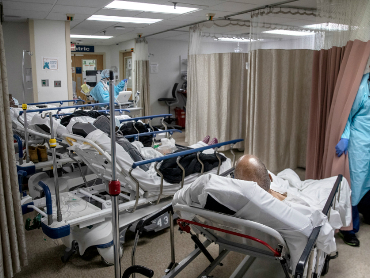 ब्रुकलिन के अस्पताल में भर्ती मरीज और वहां मौजूद हेल्थ स्टाफ। अमेरिका में वैक्सीनेशन भले ही शुरू हो गया हो लेकिन, यहां हालात फिलहाल काबू में आते नहीं दिखते। शुक्रवार को यहां एक ही दिन में एक लाख 30 हजार से ज्यादा मरीज एडमिट किए गए। (फाइल)