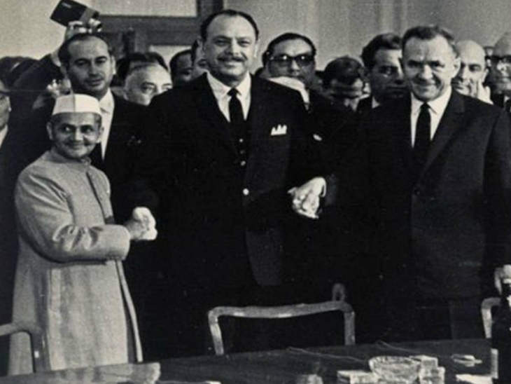 ताशकंद में समझौते के बाद लाल बहादुर शास्त्री, पाकिस्तान के तब के राष्ट्रपति अयूब खान और सोवियत संघ के प्रधानमंत्री अलेक्सी कोसिगिन।
