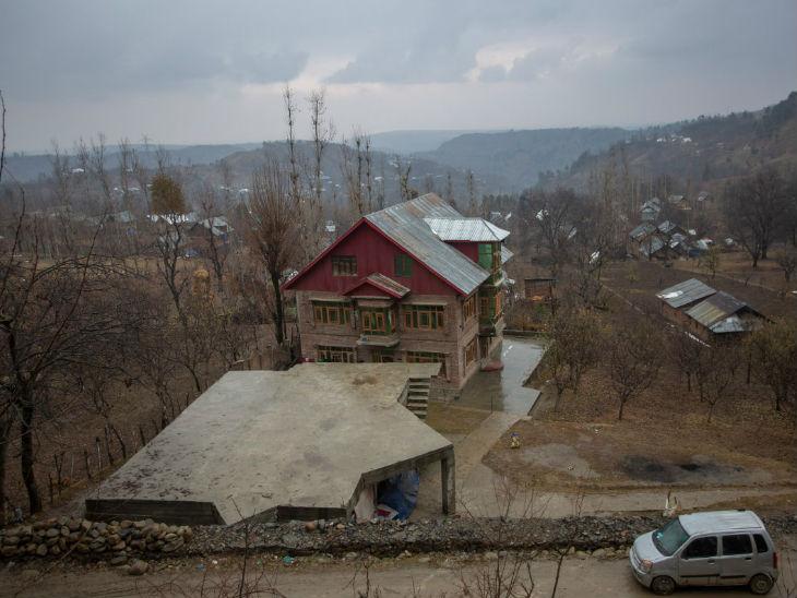जम्मू-कश्मीर में कुल 15 लाख लोग जंगलों में रहते हैं। उन्होंने वहां अपने अस्थाई ठिकाने बनाए हैं और बगीचे लगाए हैं। फोटो- आबिद भट्ट