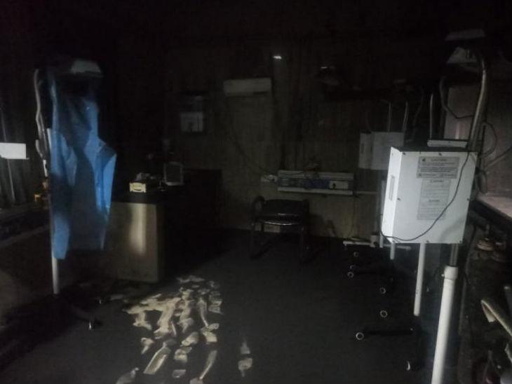 यह तस्वीर बता रही है कि आग से वार्ड की क्या हालत हुई। यहां की सभी मशीनें जल गई हैं।