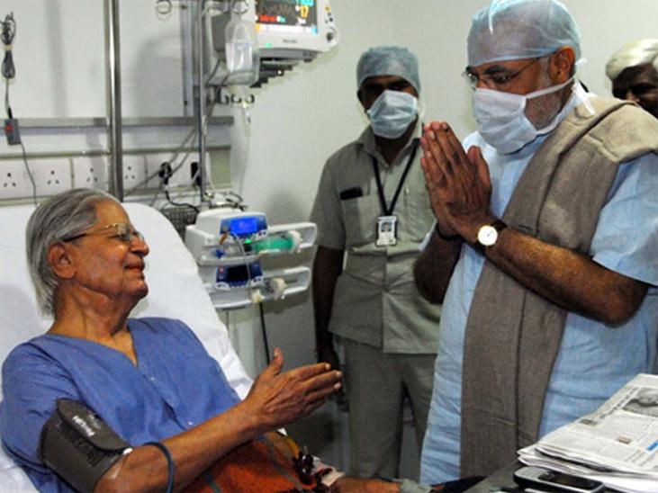 नरेंद्र मोदी जब गुजरात के मुख्यमंत्री थे, तब सोलंकी एक बार हॉस्पिटल में एडमिट हुए थे। मोदी उनका हालचाल लेने पहुंचे थे।