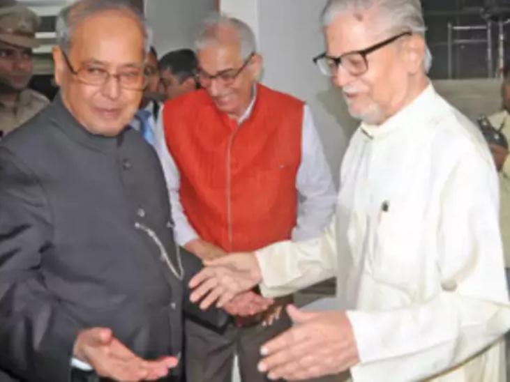 2016 में पूर्व राष्ट्रपति प्रणब मुखर्जी के साथ माधव सिंह सोलंकी (दाएं)।