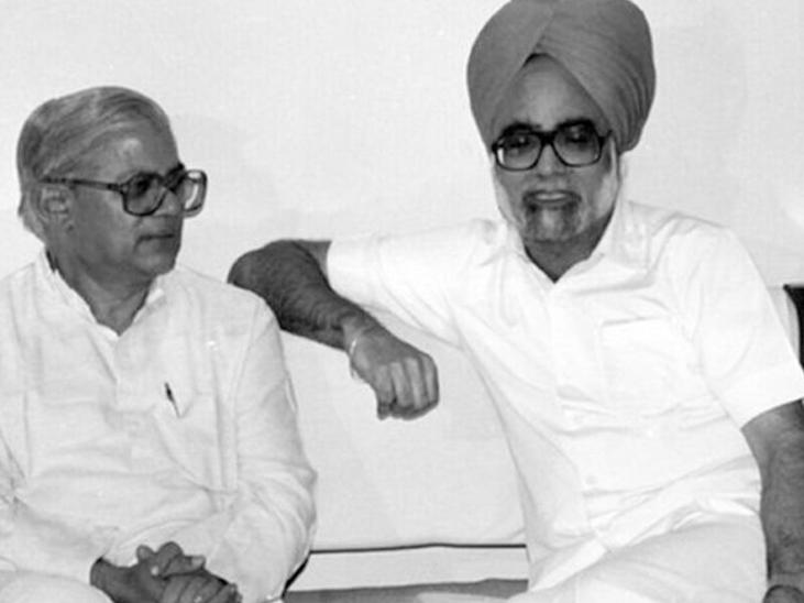 फोटो 1985 की है। पूर्व प्रधानमंत्री मनमोहन सिंह के साथ माधव सिंह सोलंकी।
